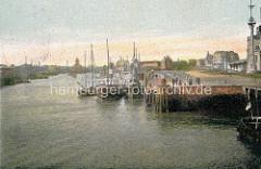 Altes Motiv vom Hafen in Cuxhaven - Schlepper und Fischkutter am Kai - im Hintergrund der Wasserturm.