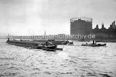 Blick über die Hamburger Norderelbe zum Strandkai - Elbkähne / Binnenschiffe werden von Schleppern gezogen. Ganz lks. der Turm vom Kaispeicher A - in der Bildmitte die St. Michaeliskirche + re. das Gasometer der Gaswerke am Magdeburger Hafen.