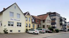 Gästehäuser mit Ferienwohnungen in unterschiedlichen Baustilen - Haus Meeresgruß / Haus Kehrwieder - Seitenstraße in Duhnen / Cuxhaven.