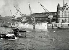 Das Frachtschiff Stromboli liegt am Kai vom Fruchtschuppen A im Hamburger Hafen - Barkassen fahren durch den Magdeburger Hafen, re. die Einfahrt zum Baakenhafen.