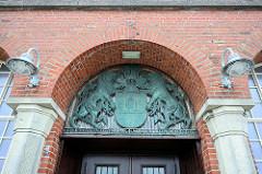 Eingang mit Hamburg Wappen - Hapag-Hallen in Cuxhaven - historisches, denkmalgeschütztes Passagierterminal aus Zeiten der Auswanderung. Errichtet 1902 - Architekt Georg Thielen.