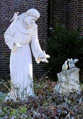 Franz-von-Assisi-Statue vor der Sankt-Franziskus-Kirche am Lämmersieth in Hamburg-Barmbek.