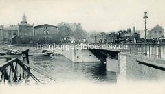 Ericusbrücke / Drehbrücke über den Brooktorhafen / Ericusgraben; lks. im Hintergrund die Kirchturmspitze der St. Jacobikirche.