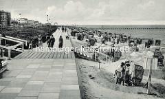 Alte Fotografie - Strandpromenade in Duhnen / Nordsee; Hotels / Restaurants - Bäderarchitektur hinter dem Deich - Badegäste in Sandburgen mit Strandkörben, im Hintergrund die 200 m lange hölzerne Badebrücke.