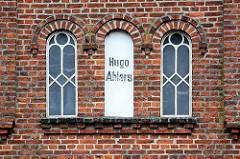 Ziegelmauer - Eisenfenster / Fensterrahmen - Schriftzug Hugo Ahlers; Bauernhaus in Tangstedt / Ortsteil Wilstedt.