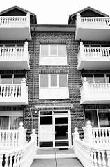 Modernes Wohngebäude - Balkons und Eingang mit massiver Ballustrade / Säulenbrüstung; Architektur in Cuxhaven / Strichweg.