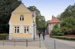 Gärtnerhaus / ehem. Offiziershaus am Eingang zum Schloß Ritzebüttel in Cuxhaven. Im Hintergrund die Alte Wache, erbaut um 1700