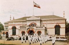 Altes Bild vom Wandsbeker Turnerbund - Gebäude, Turnhalle mit Flagge / Turner mit weissem Anzug.
