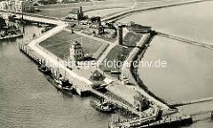 Historische Luftaufnahme der Alten Liebe in Cuxhaven - die Alte Liebe ist ein Anleger mit Aussichtsplattform. Das ursprüngliche Bauwerk wurde 1733 durch die Versenkung von drei ausgedienten Schiffen errichtet. Die Schiffe wurden mit Pfählen umge