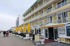 Moderne Bäderarchitektur hinterm Deich von Duhnen / Cuxhaven; mehrstöckige Gebäude / Wohnanlagen / Apartmenthäuser mit Ferienwohnungen - Restaurant.