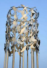 Detail Metall Skulptur Vogelflug in Freiheit verbunden im Hafen von Cuxhaven - Entwurf Bildhauer Frijo Müller-Belecke
