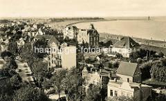 Historisches Luftbild von Cuxhaven - Blick über die Dächer der Wohnhäuser zum Deich und der Kugelbake.