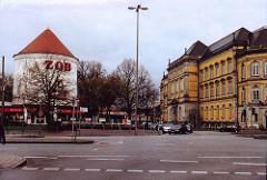 scan-2-zob-2002 Blick über die Adenauerallee zum Zombeckbunker / Luftschutzturm mit Aufschrift ZOB, re. das Hamburger Museum für Kunst und Gewerbe an der Brockesstraße.