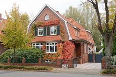 Einzelvilla, Fassade mit Herbst-Weinlaub bewachsen - Holzfensterläden / Mansarddach, Westerwischweg in Cuxhaven.