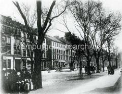 Hamburg Rothenburgsort  früher: Passanten und Wohngebäude im Billhorner Röhrendamm - Handkarren stehen am Straßenrand.