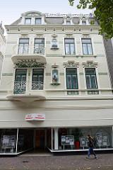Jugendstilarchitektur in Cuxhaven - Wohnhaus mit farbig abgesetzter Jugendstilornamentik - Bahnhofstraße.