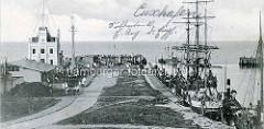 Historische Aufnahme von der Alten Liebe in Cuxhafen - Segelschiffe und Schlepper / Barkassen liegen am Kai.