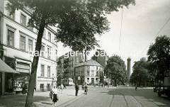 Hamburg Rothenburgsort vor der Kriegszerstörung:Blick über den Vierländer Damm / Billhorner Deich. Lks. eine Leihbücherei - der Bibliothekar steht mit einem Kittel in der Tür; niedriger runder Eckbau mit Geschäft, mehrst