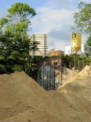 Baustelle zum Elbberg campus an der Großen Elbstraße in Hamburg - Einfahrt zum Schellfischtunnel, der den Bahnhof Altona mit den Hafenanlagen / Fischereihafen an der Elbstraße verbindet.