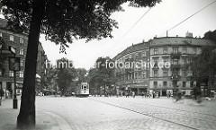 Hamburg Rothenburgsort damals: Kreuzung Billhorner Röhrendamm / Mühlenweg; runde Eckbebauung - Geschäfte u.a. Leder Schüler mit Lederwaren und Sportbedarf - Eltern mit Kinderwagen, Fahrradfahrer u. Straßenbahn.