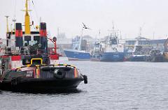 Schiffe im Fischereihafen von Cuxhaven.