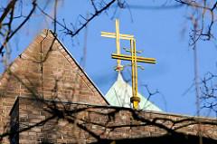 Dach / goldene Kreuze der in den 1920er Jahren erbaute römisch-katholische St. Franziskus-Kirche in Hamburg Barmbek.