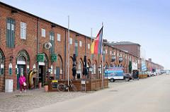 Alte Fischhallen im Fischereihafen von Cuxhaven / Präsident Herwig Straße, zumeist als Restaurants etc. genutzt. Der Alte Fischereihafen wurde Anfang 2017 vom niedersächsischen Hafenbetreiber Niedersachsen Ports an die Cuxhavener Plambeck Holding v