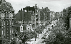 Gründerzeitarchitektur in der Wandsbeker Chaussee - Wohnhäuser + Geschäfte; Straßenbahnen und Lastwagen - Straßenbäume.