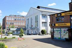 Straßenseite Weidenbaumsweg,  Werksgebäude / Industriearchitektur der Hanseatischen Motoren-Gesellschaft (HMG) am Schleusengraben in Hamburg Bergedorf.