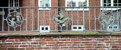Terrassengeländer mit schmiede eisernen Zierwerk -  Badeszenen am Rathaus von Cuxhaven.