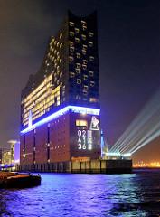 Tag der Eröffnung der Elbphilharmonie in der Hamburger Hafencity - 11. Januar 2017; die Zeit bis zur Eröffnung wird in Stunden, Minuten, Sekunden an die Wand gestrahlt.