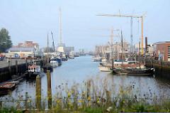 Hafen von Cuxhaven - Schiffe am Kai vom Landwehrkanal - im Hintergrund die Klappbrücke.