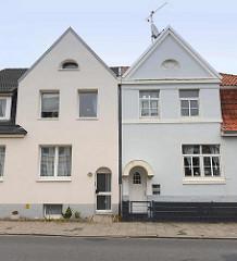 Doppelhaus / Zwillingshaus in gleicher Bauweise - unterschiedliche Fenster Eingangs und Fassadengestaltung; Strichweg in Cuxhaven.