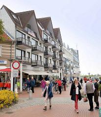 Blick vom Dorfbrunnenplatz in Duhnen zum Deich - moderne Bäderarchitektur / Ferienwohnungen.