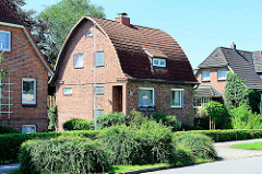 Einzelhaus mit abgerundetem Mansarddach - Nettelnburger Straße in Hamburg Bergedorf.
