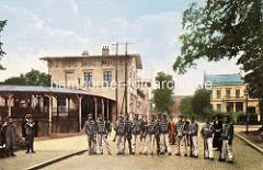 Altes Bild vom Empfangsgebäude des Wandsbeker Bahnhofs, eröffnet 1865. Husaren posieren für ein Foto.