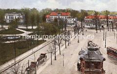 Alte colorierte Darstellung vom Wandsbeker Markt; re. Wartehäuschen der Strassenbahn. Pferdedroschken warten am Strassenrand - im Hintergrund Gebäude an der Schloßstraße.