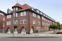 Backstein-Architektur der 1930er Jahre, Rathausgebäude - Garagentor / Einfahrt und Fenster mit Spitzbogen - neu hinzugefügter Dachausbau; Rathausstraße in Cuxhaven.