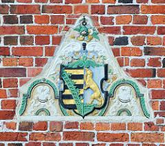 Wappen von Otterndorf - goldener Seeotter im Rautenkranz.