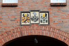 Wappen über Durchgang in Otterndorf.