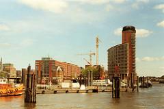 scan-kehrwieder-2001 Bürogebäude am Kehrwieder im Hamburger Freihafen - Kräne an der Baustelle für den Neubau Hanseatic Trade Center  am Sandtorkai.