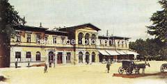 Historische Ansicht vom alten Dammtorbahnhof beim Alsterglacis in Hamburg Rotherbaum, der 1866 erbaut und 1903 abgerissen wurde. Geschäfte mit Markisen - Pferdekutsche.