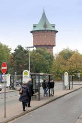 Busbahnhof / Bushaltestelle am Bahnhof in Cuxhaven; im Hintergrund der Wasserturm.