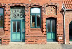 Historisch Hauseingänge - Backsteinfassade mit Bänderdekor und Oberlicht; erbaut 1894 - Architektur in Otterndorf.