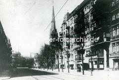 Hamburg Rothenburgsort damals: Blick vom Vierländer Damm in den Billhorner Röhrendamm - Wohnblocks beiderseits der Straße - Kirchturm der St. Thomaskirche.