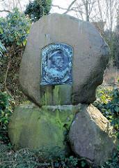 Moltke Denkmal - Findlinge mit Bronzeplakette, Eichtalpark in Hamburg Wandsbek. Der Bildhauer Carl Garbers (1864-1943) schuf das Denkmal, das 1910 aufgestellt wurde.