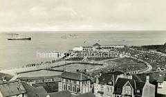 Historische Ansicht von Cuxhaven - Blick auf die Promenade und Schwimmbad hinter dem Deich - Schiffe fahren Richtung Elbe.