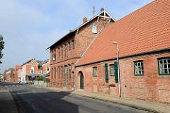 Historische Industriearchitektur / Backsteingebäude am Ufer dem Medem in Otterndorf.
