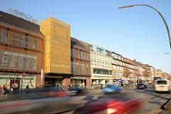 Geschäftshäuser / Einkaufscentrum Quaree an der Wandsbeker Marktstraße im Hamburger Stadtteil Wandsbek - schnell fahrende Autos.