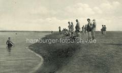 Altes Foto - historische Ansicht vom Nordseestrand in Duhnen - Jungs machen Wattlaufen - Badegäste als Zuschauer.